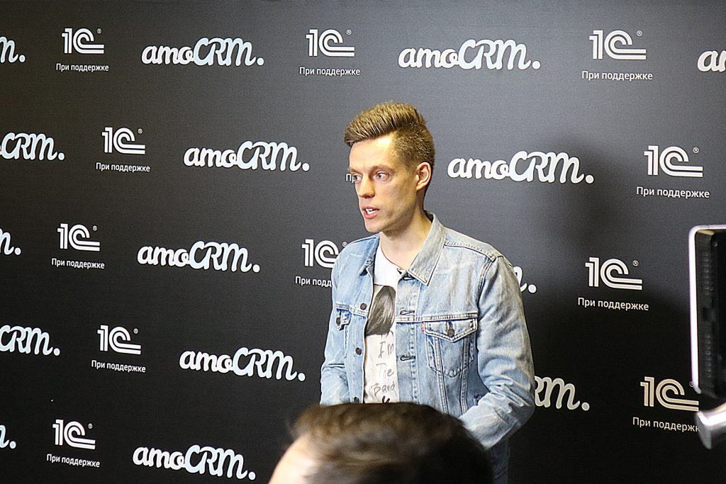 Юрий Дудь дает интервью на #амоконф